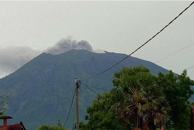 Le mont Agung crachait des cendres mardi.