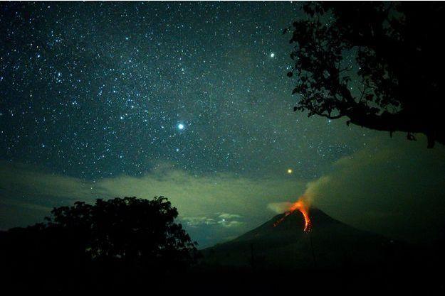 La lave jaillit du cratère du volcan Sinabung, jeudi, à Sumatra.