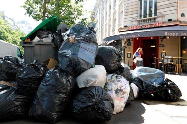 Une pile de poubelles à Paris. Photo prise lors de la grève des éboueurs en juin 2016.