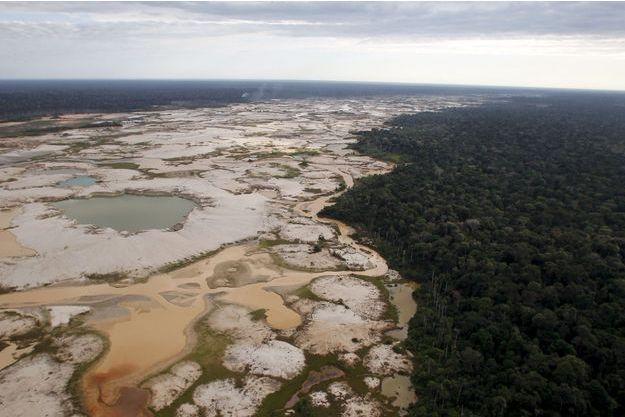 Une zone de la forêt amazonienne transformée en désert en toute illégalité par des entreprises minières.