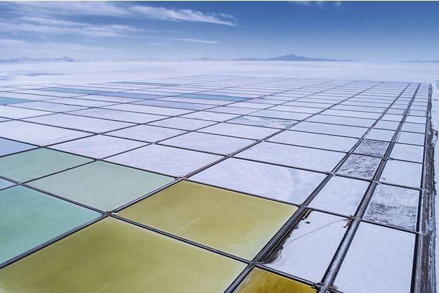 Dans les bassins d'évaporation du salar d'Uyuni décante le lithium. En bas à droite : un minuscule camion nous laisse deviner l'échelle de cette immensité.