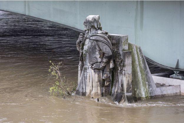 Le zouave du pont de l'Alma, dans l'eau jusqu'aux hanches.