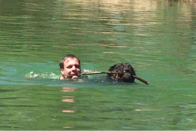 Rémi Gaillard et son chien, Tilay. Image extraite de la vidéo « Dog ».
