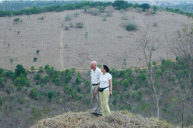 Sebastião Salgado et son épouse, Lélia, sur les terres de l'Instituto Terra. Le couple est à l'initiative du reboisement de ces 750 hectares. « La nature est revenue, même les jaguars sont de retour. »