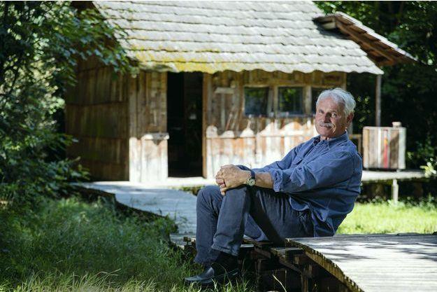 Yann Arthus-Bertrand dans le domaine de Longchamp, siège de la fondation GoodPlanet, une oasis dédiée à la défense de la Terre et des hommes, au cœur du bois de Boulogne.