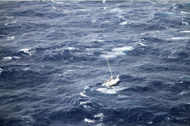 Un bateau dans la tempête, à Hawaï.