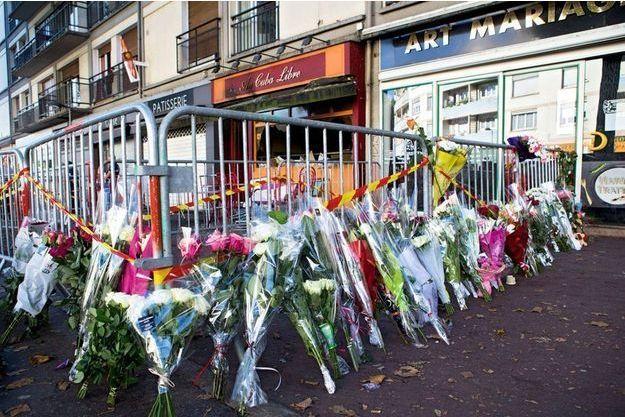 Des fleurs déposées devant le bar, après la tragédie.