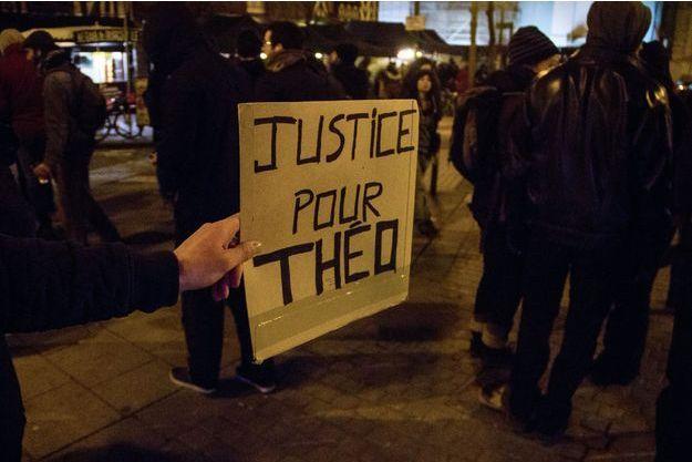 Une pancarte lors d'une manifestation pour réclamer justice pour Théo.
