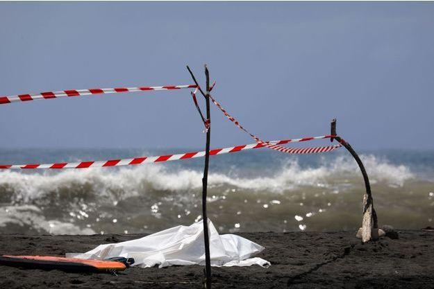 Le corps du jeune homme tué mardi matin à La Réunion a été recouvert par un tissu blanc.