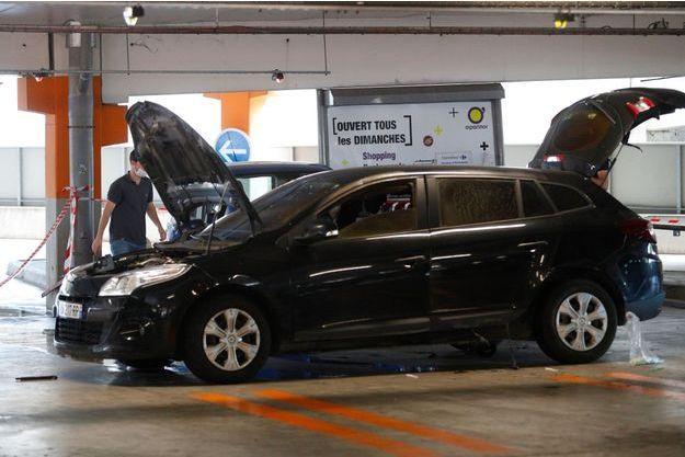 Un véhicule utilisé par Redoine Faïd à Aulnay-sous-Bois, dimanche.