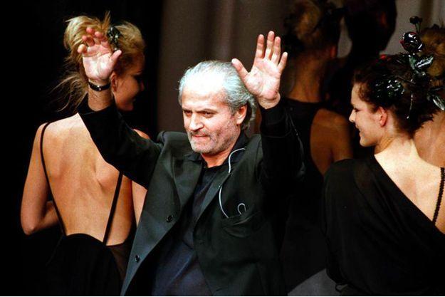 Gianni Versace à la fin de son show à Milan, en octobre 1996.