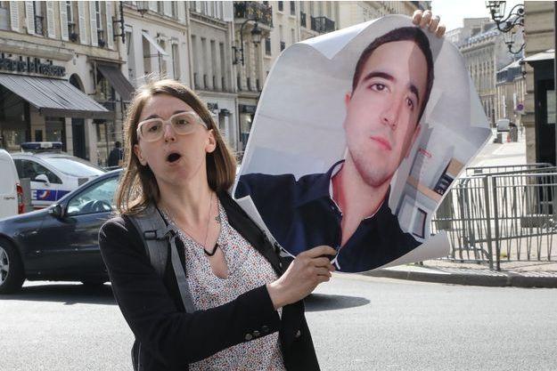 La soeur de Benoît Nayme brandit son portrait pour qu'il ne soit pas oublié.