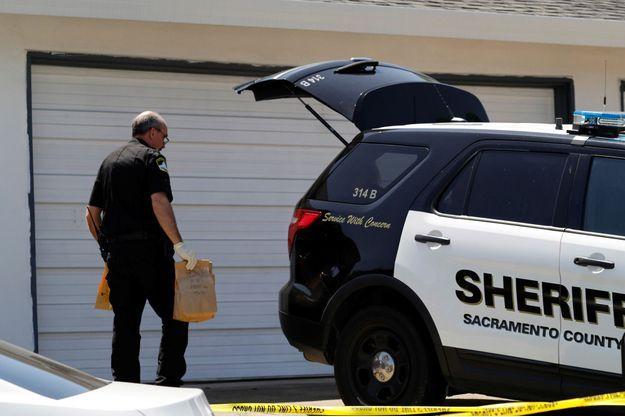Les enquêteurs devant le domicile du suspect.