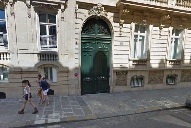 Devant les locaux de la galerie Kraemer, à Paris.