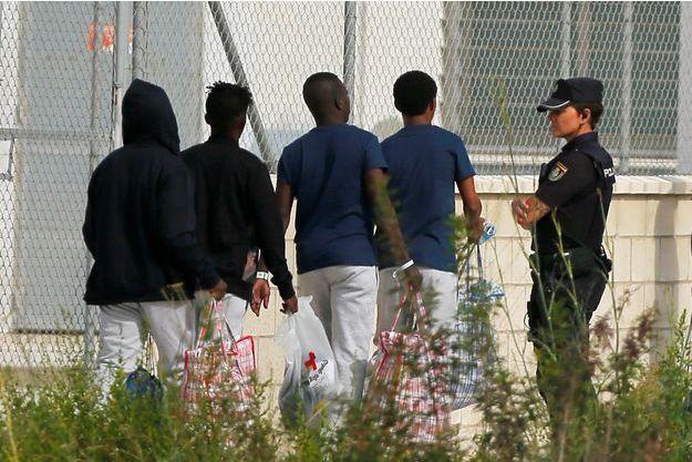 Des hommes devant un centre d'aide pour migrants à Madrid. (photo d'illustration)