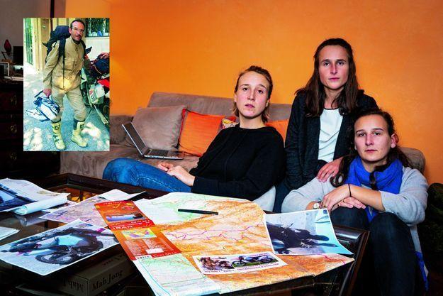 Clémence, Lucie et Doriane présentent la carte de l'Iran où elles ont relevé tous les points de passage de leur père dans le sud-est du pays. Au premier plan, les flyers distribués sur place pour tenter d'obtenir des renseignements. En médaillon: Gautier quitte Téhéran avant d'affronter le désert, le 28 juillet 2016.