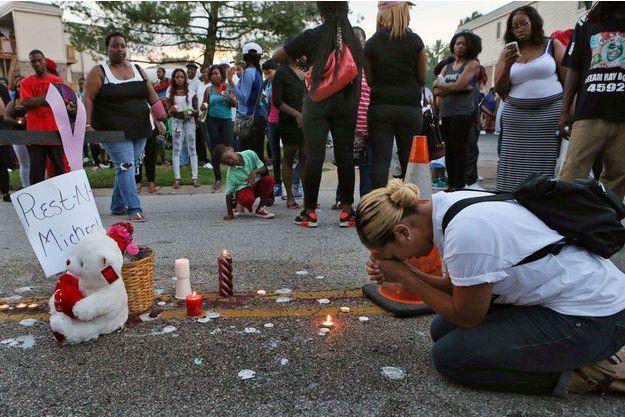 Une habitante de St Louis pleure la mort du jeune Mike Brown.