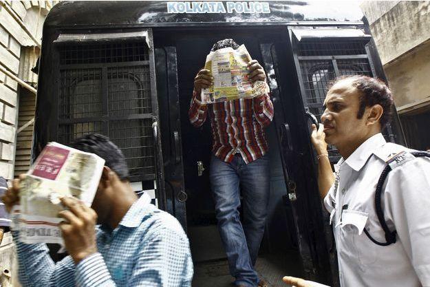 Deux hommes soupçonnés de viol sont escortés par la police, en Inde (photo d'illustration).