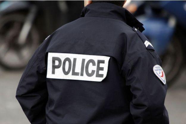 Un homme a été interpellé après avoir mis le feu à sa voiture dans le parking d'un centre commercial de Lyon (image d'illustration).