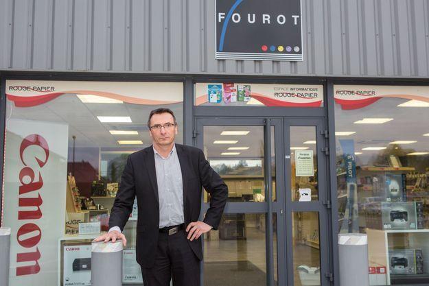 Denis Carnet, l'employeur de Jonathann Daval, devant son entreprise.