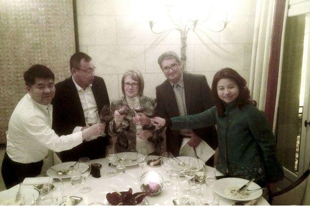 Jeudi 19 décembre à l'hostellerie de Plaisance, à Saint-Emilion. De g. à dr. : Lam Kok, Peng Wan, son bras droit en France, Monique et James Grégoire, Liu Xiangyun fêtent la signature de la vente.