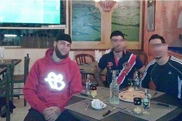 Ayoub El Khazzani, attablé avec des amis.