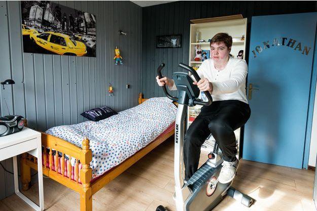 Automne 2013, à Marquette-lez-Lille (Nord), dans sa chambre. Chaque jour, Jonathan fait dix minutes de vélo d'appartement pour sa rééducation. Le pire est derrière lui : désormais, ce fan des « Simpson » rêve d'Amérique.