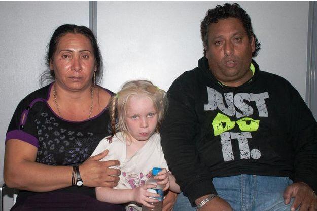 Christos Salis et Eleftheria Dimopoulou, les parents adoptifs de la petite Maria.