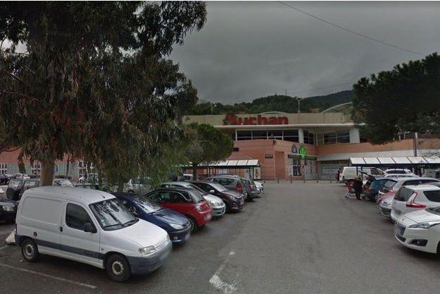 Sur le parking du magasin Auchan de La Trinité, dans les Alpes-Maritimes. (photo d'illustration)