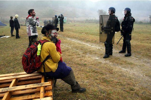 Des manifestants et des policiers sur le site du barrage de Sivens, dans le Tarn.