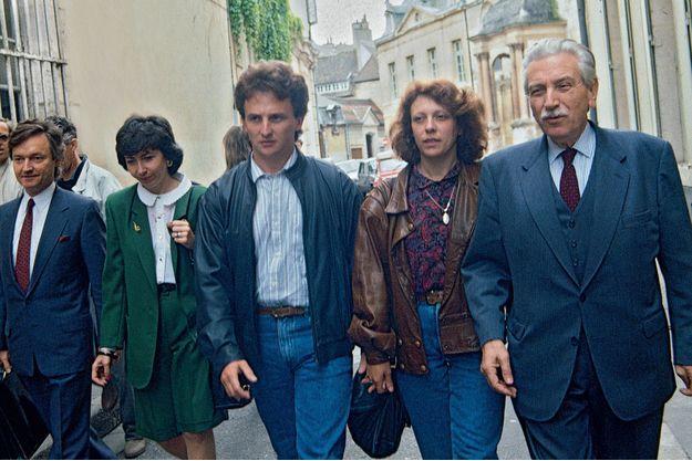 Jean-Marie Villemin et sa femme Christine (à dr.), au côté de leur premier défenseur, Me Garaud, en route pour la cour d'appel de Dijon où a été transféré le dossier, en mai 1989.
