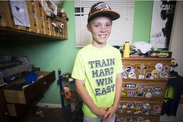 Braydon Smith, 11 ans, pose dans sa chambre après avoir mis en fuite un cambrioleur.