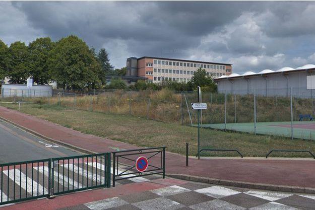 Un adolescent de 15 ans a été grièvement blessé mardi matin devant le collège Albert-Thierry à Limay.