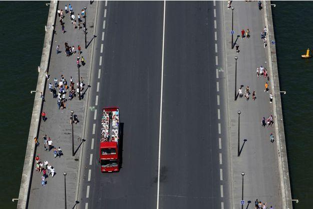 Un bus touristique à Paris.