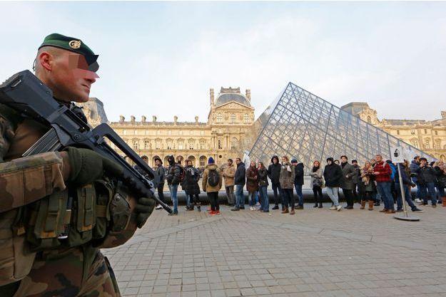 Un militaire surveille les alentours du Louvre, en novembre 2016. (image d'illustration)