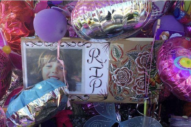 Un mémorial a été dressé en hommage à la petite fille.