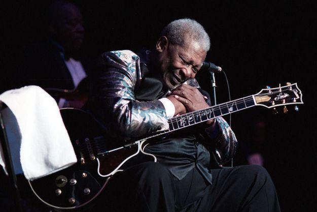 BB King salue son public après un concert en 2005 en Caroline du Nord.