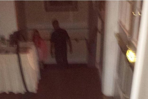 De dos, à droite, le guide de la visite du Stanley Hotel. A sa gauche, la mystérieuse silhouette.