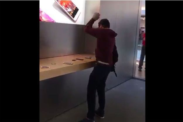 L'homme, fracassant un appareil Apple dans un Apple Store de Dijon