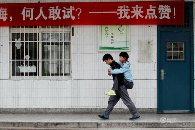 Xie Xu porte son ami Zhang Chi dans les rues de Xuzhou, en Chine.