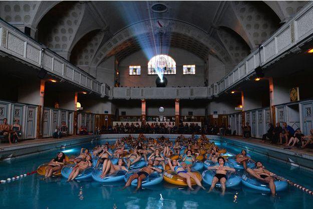 """Quelques courageux ont pu assister à la projection des """"Dents de la Mer"""" les pieds dans l'eau, aux bains de Strasbourg"""