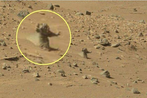 Une créature humanoïde qui charge le rover Curiosity ?