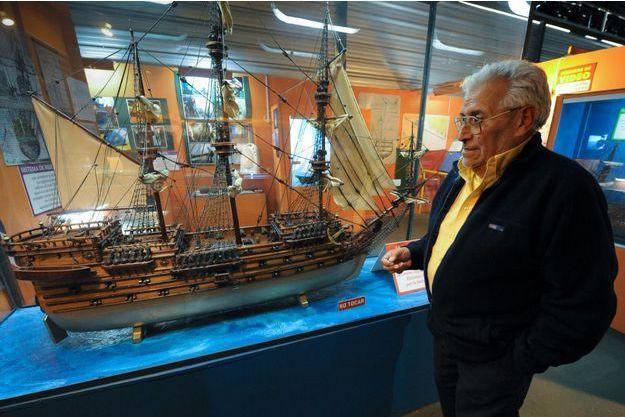 Ruben Collado devant la réplique du navire de Lord Clive.