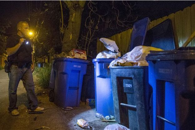 Un policier fouille des poubelles à Chicago (photo d'illustration).