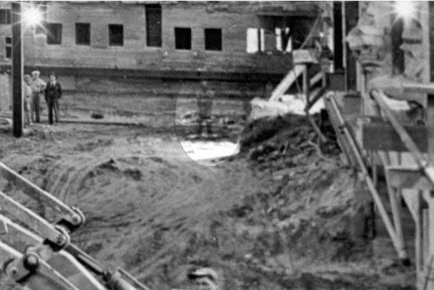 Un détail de la photo du chantier de la Maison Blanche. Au centre, la silhouette translucide dont l'allure rappelle étrangement celle du président Lincoln mort en 1865.