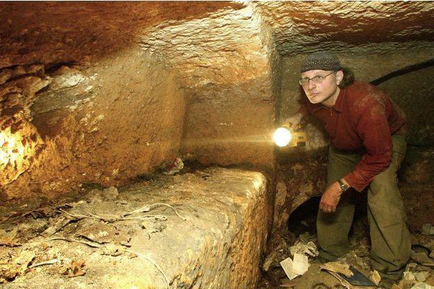 """Le réalisateur Simcha Jacobovici explore """"le tombeau perdu du Christ"""" à Talpiot."""