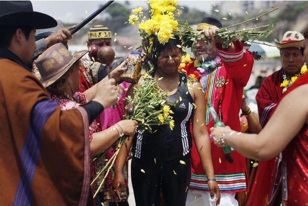 A Lima, au Pérou, une femme reçoit une douche de pétales de fleurs.