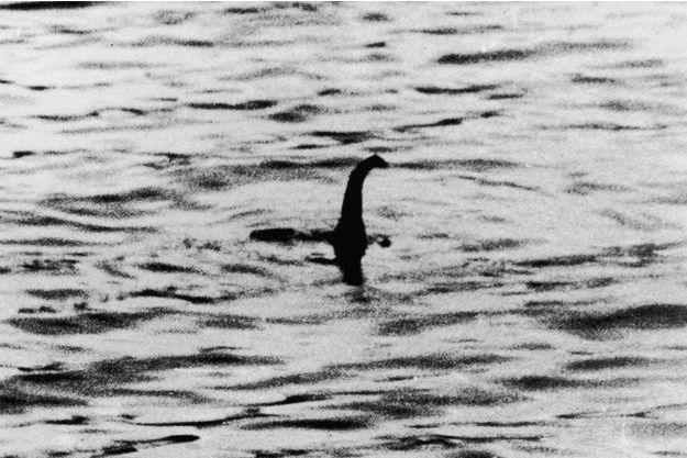 La première et la plus célèbre photo de Nessie, prise le 21 avril 1934 et attribuée au chirurgien Robert Wilson, en réalité un canular potache.