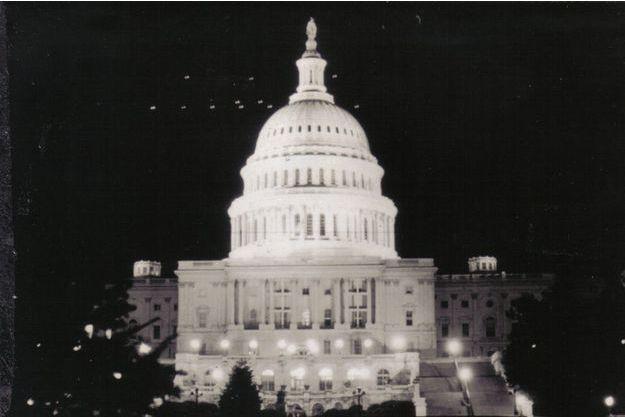 En juillet 1952, d'étranges lumières survolent Washington et le Capitole.