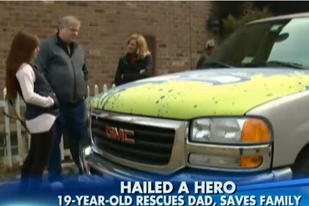 Charlotte Heffelmir et son père devant l'imposant pick-up soulevé par la jeune femme.